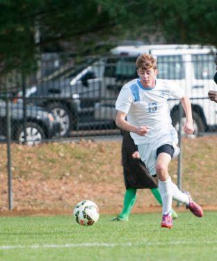 Tufts midfielder Jason Kayne (LA '16) races a Bowdoin player for possession of the ball in the game against the Bowdoin Polar Bears on Oct. 31, 2015. (Evan Sayles / The Tufts Daily)